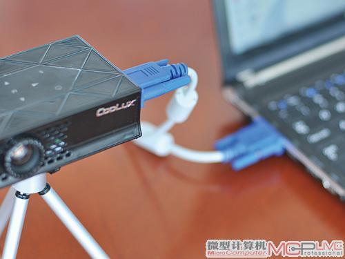 用vga视频线连接笔记本电脑和超便携投影机的vga接口