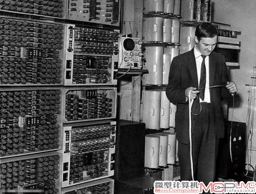 老式的计算机,使用纸带进行输入输出,效率极其低下。